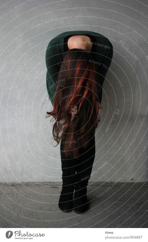 . feminin Junge Frau Jugendliche 1 Mensch Mauer Wand Jacke Stiefel brünett rothaarig langhaarig stehen schön Erotik Leidenschaft ästhetisch Bewegung