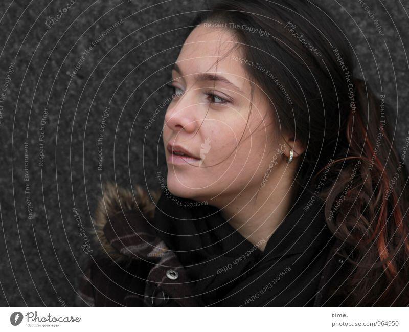. Mensch Jugendliche schön Junge Frau Wand feminin Mauer warten beobachten brünett langhaarig Mantel rothaarig Ohrringe skeptisch
