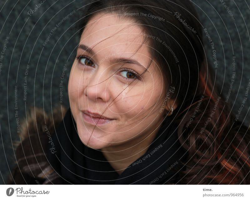 . feminin Junge Frau Jugendliche 1 Mensch Mauer Wand Mantel Ohrringe brünett rothaarig langhaarig beobachten Lächeln Blick Erholung Leichtigkeit schön Vertrauen