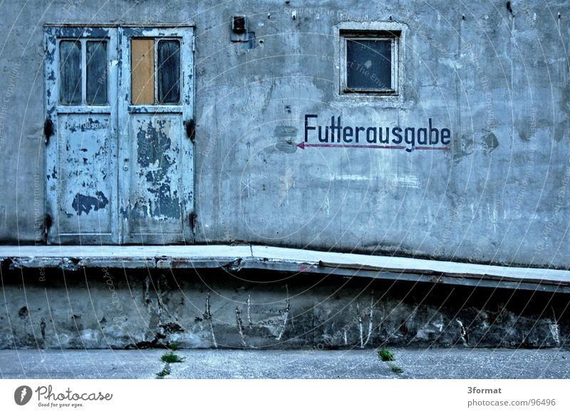 futterausgabe alt ruhig Ernährung Einsamkeit kalt Wand Fenster Stein Mauer Tür Lebensmittel Beton leer Industrie Treppe Fabrik