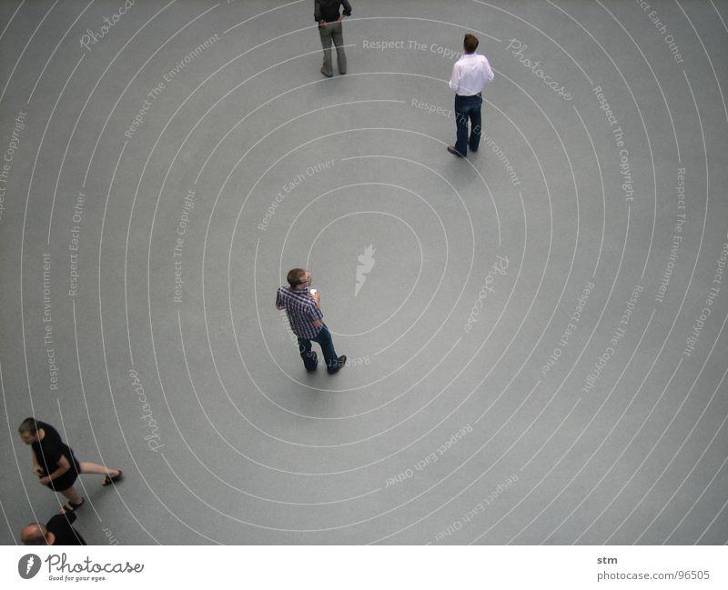 people 10 Mensch grau oben gehen Menschengruppe Freundschaft Zusammensein laufen warten stehen Studium beobachten Niveau Student Hemd Verkehrswege