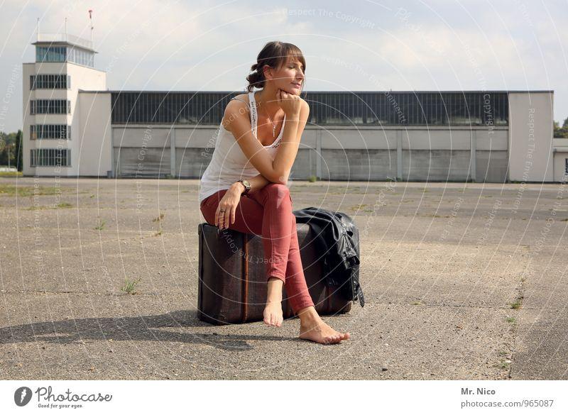 Ab in den Urlaub ! Mensch Ferien & Urlaub & Reisen ruhig feminin Gebäude Zeit Mode Lifestyle Tourismus sitzen warten Ausflug genießen Sehnsucht Sommerurlaub