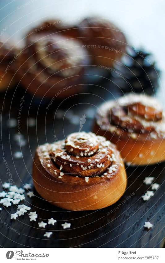 Cinnamon rolls Weihnachten & Advent Speise Dekoration & Verzierung Tisch Stern (Symbol) lecker Süßwaren Café Backwaren Zucker Holztisch Tannenzapfen Kaffeetrinken
