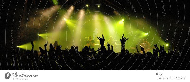 In the light dunkel Ausgelassenheit Party Rockband laut hart Geschwindigkeit schön Rockmusik Bühne groß grün Nebel Licht Konzert Stimmung transpirieren Pogo