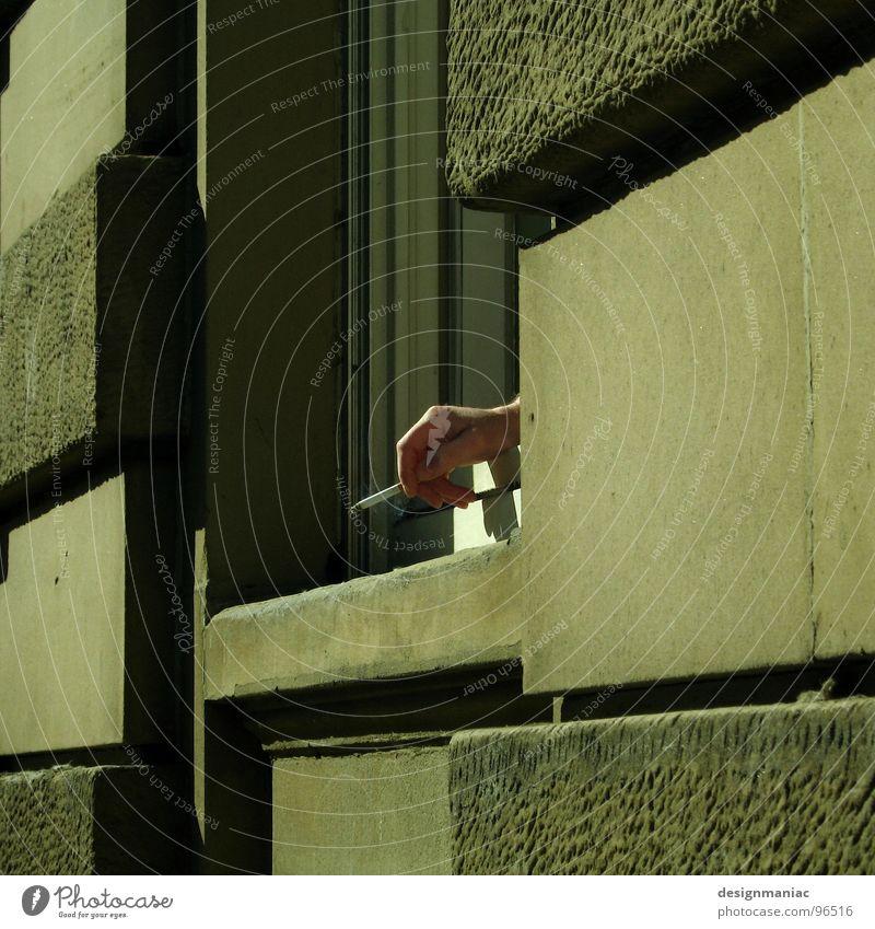 Rauchen ist Scheiße! Hand grün Einsamkeit schwarz Haus Fenster Tod kalt Wand grau Stein Mauer Deutschland offen Beton leer