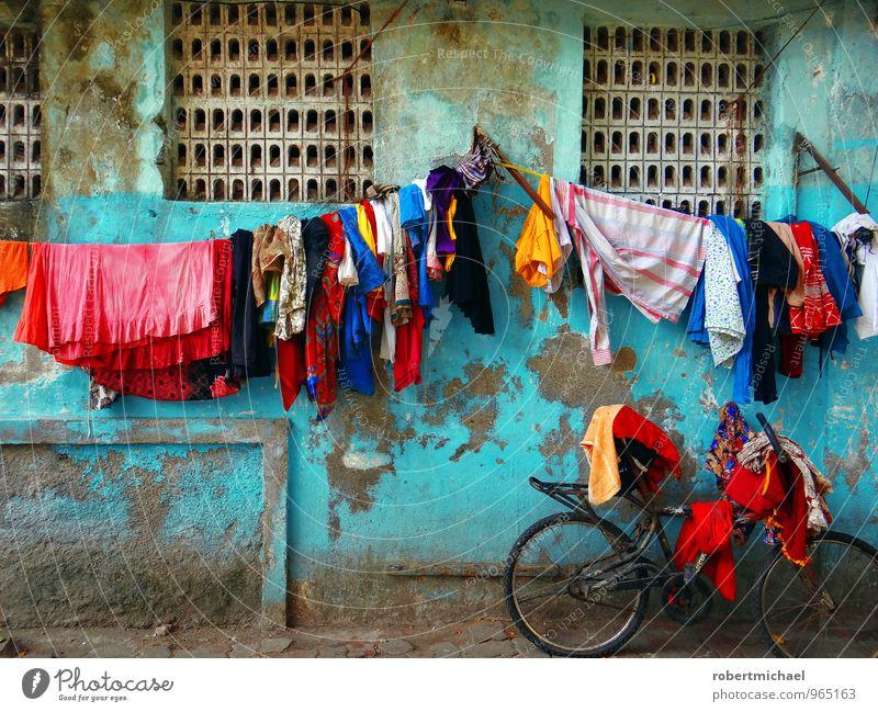 Drive In Waschtag Farbe Wand Straße Mauer frisch Fahrrad Bekleidung Fahrradfahren hängen Wäsche waschen Skulptur Indien trocknen Textilien Verschiedenheit