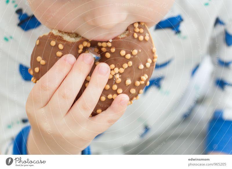 Lecker schmecker Mensch Kind blau Farbe weiß Hand Essen hell braun Lebensmittel maskulin Kindheit genießen Finger weich rund