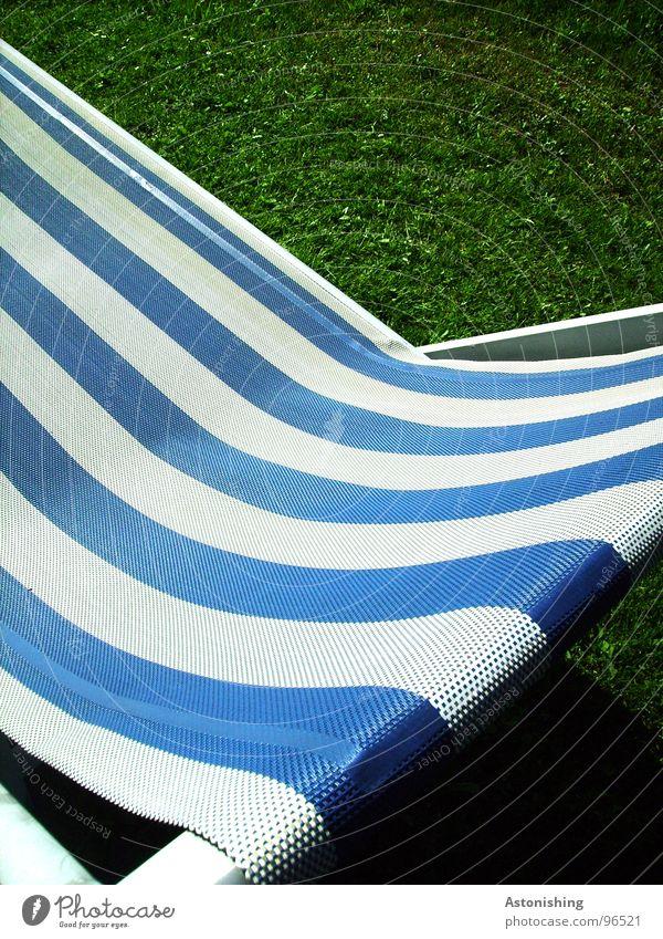 the blue stripes Erholung ruhig Freizeit & Hobby Ferien & Urlaub & Reisen Sommer Pflanze Gras Stoff Streifen blau grün weiß Liege gestreift Stoffmuster Farbfoto