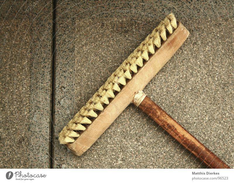 NACH GETANER ARBEIT... Arbeit & Erwerbstätigkeit Stil Holz grau verrückt Bodenbelag Sauberkeit Reinigen Fliesen u. Kacheln Balkon Handwerk anstrengen Waffe