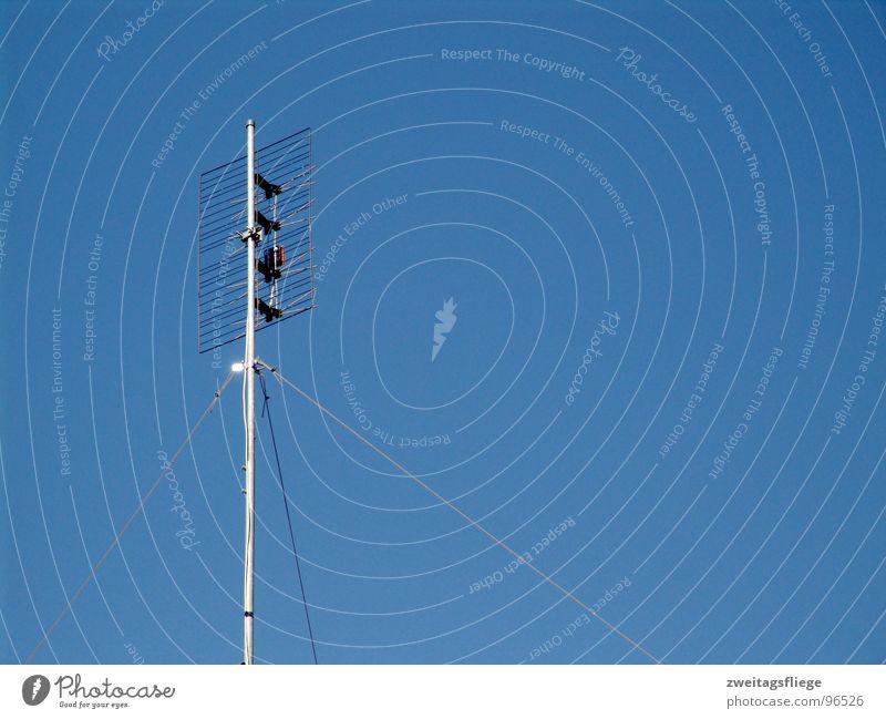 My Frequency... Antenne Sender Frequenz senden Funktechnik Telefonmast Strahlung Wellen Luft Kommunizieren Radio radiofrequenz blau Himmel Schönes Wetter dipol