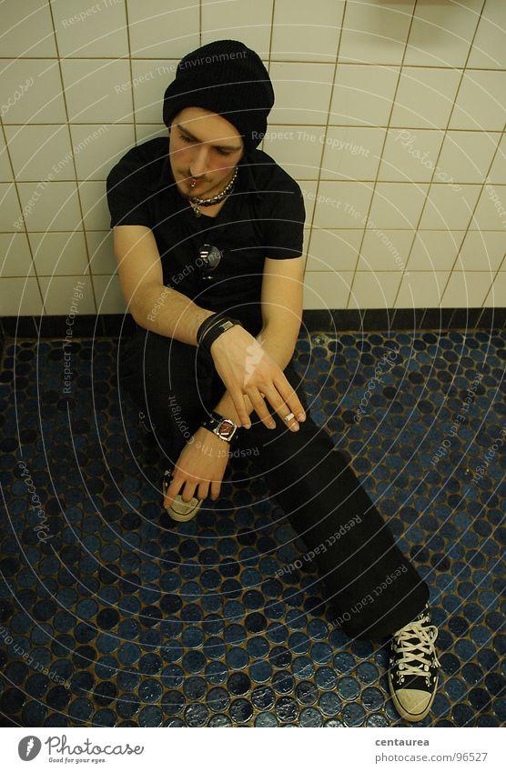 nachdenken Zigarette Pause Denken Mann schwarz Wunsch Sehnsucht träumen Bad Trauer Verzweiflung Typ Leben sein Fliesen u. Kacheln Traurigkeit Coolness ...