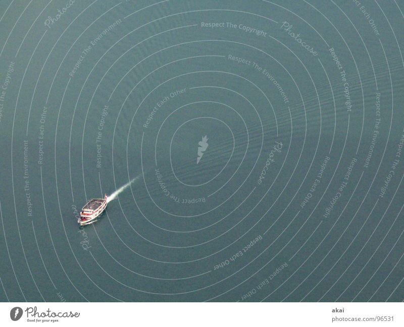 Einsames Schiff Wasserfahrzeug See Schifffahrt Vierwaldstätter See Wellen Schaum Gischt Schweiz tief nass akai