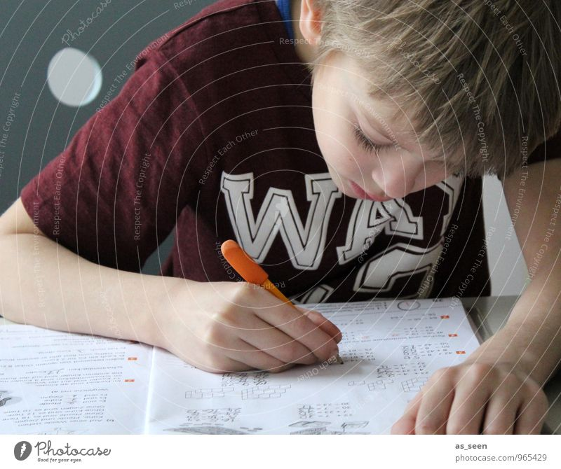 Hausaufgaben Junge Kindheit Leben Hand Finger 1 Mensch 3-8 Jahre T-Shirt blond Schreibwaren Papier Zettel Schreibstift Heft Zeichen Schriftzeichen