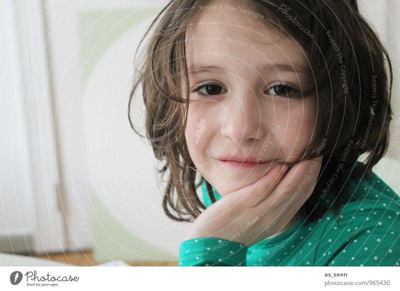 Little girl Häusliches Leben Kindererziehung Kindergarten Schule Schulkind Mädchen Familie & Verwandtschaft 1 Mensch 3-8 Jahre Kindheit T-Shirt brünett Lächeln