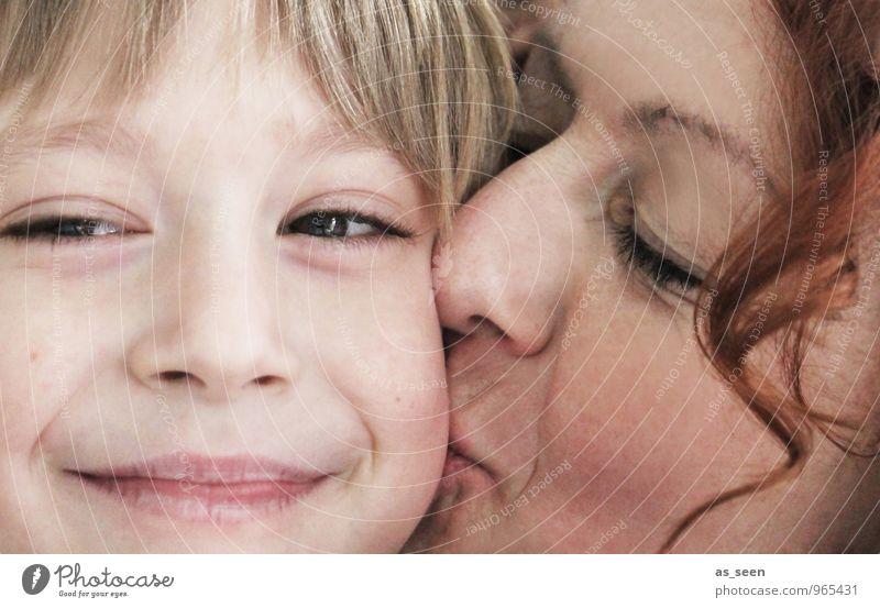 Kiss Mensch Kind Erwachsene Gesicht Wärme Leben Gefühle Liebe Junge blond Kindheit Lächeln Freundlichkeit Schutz Mutter Küssen