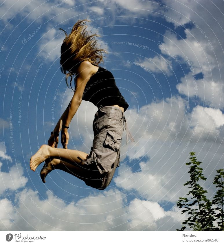 katapultiert Freude Haare & Frisuren Leben Wohlgefühl Spielen Sommer Sport Leichtathletik Luftverkehr Mensch feminin Junge Frau Jugendliche Erwachsene Rücken