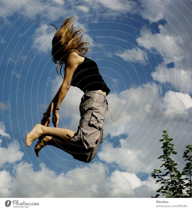 katapultiert Mensch Frau Himmel Jugendliche blau Sommer Freude Wolken Erwachsene feminin Sport Leben Spielen oben Gefühle Haare & Frisuren