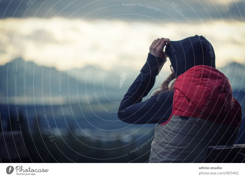 It's getting cold out there ... Mensch Jugendliche Junge Frau 18-30 Jahre Ferne Winter kalt Erwachsene Berge u. Gebirge feminin Körper frisch wandern laufen Aussicht Warmherzigkeit