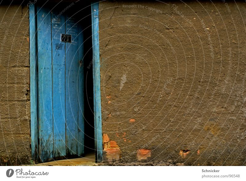 geheimnisvolle Tür mehrfarbig dunkel Brasilien blau Tor Spalte Salvador de Bahia offene tür Wand door secret blue color dark Gate open Eingangstür