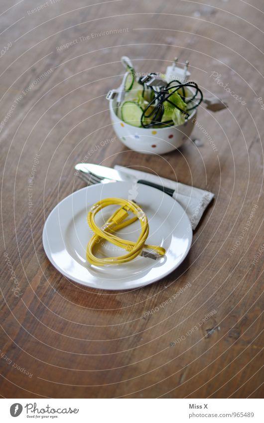 Brezelsalat gelb lustig Lebensmittel Metall Ernährung Computer Telekommunikation Kabel Symbole & Metaphern Kunststoff Teller Backwaren skurril Teigwaren