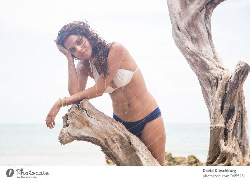 In Gedanken Mensch Himmel Natur Ferien & Urlaub & Reisen Jugendliche blau schön weiß Sommer Baum Junge Frau Erholung Meer ruhig 18-30 Jahre Strand