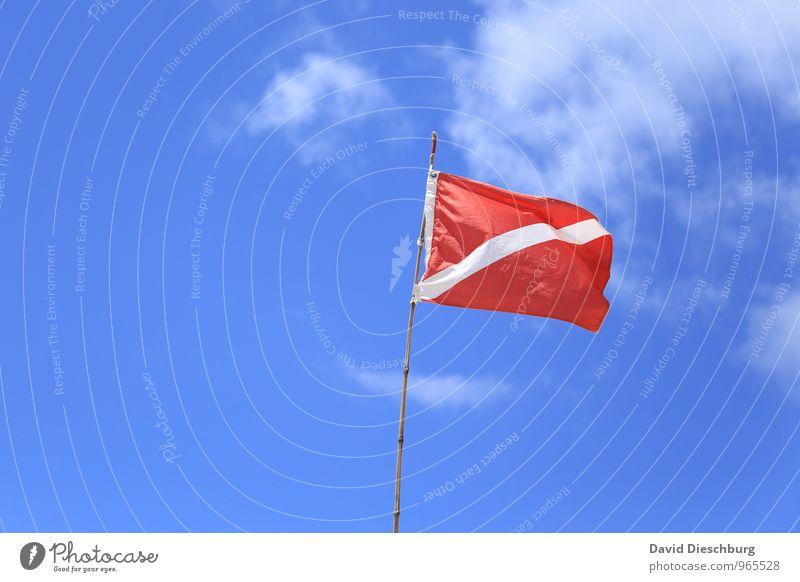 Flagge zeigen Ferien & Urlaub & Reisen blau Himmel (Jenseits) weiß rot Wolken Strand Wind Schönes Wetter Zeichen Streifen Sicherheit Stoff Fahne Sommerurlaub