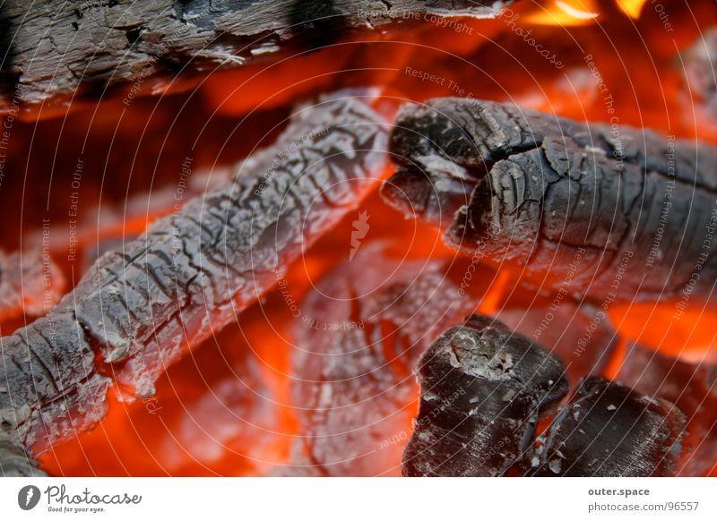 ganz schön warm hier Holz Brand heiß Grillen Brandasche Glut glühend