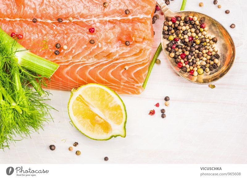 Roher Lachs mit Zitrone und Gewürzen alt weiß Gesunde Ernährung Stil Holz oben Lebensmittel Frucht Design Perspektive Tisch Kochen & Garen & Backen Fisch Küche