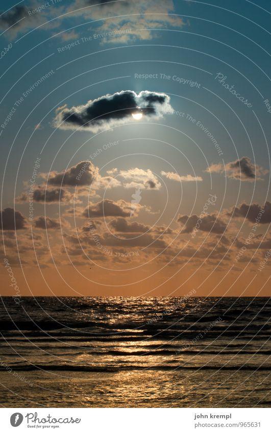 Himmelshummer blau Sonne Meer Wolken Strand Traurigkeit Küste orange leuchten Wellen Perspektive Lebensfreude Schönes Wetter Romantik Hoffnung Neugier
