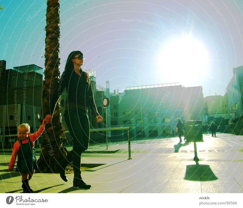 madre e hijo delante del macba de barcelona... Barcelona Mutter Kind Platz Spaziergang Verkehrswege Liebe Museum Sonne