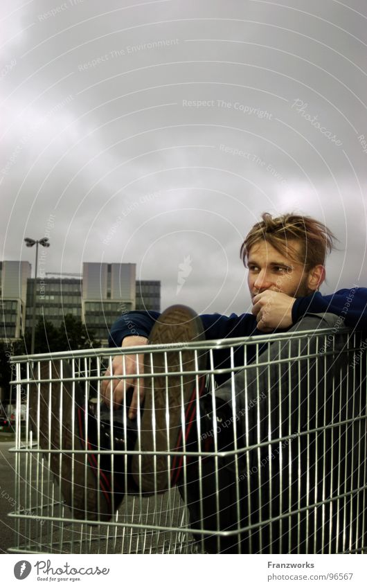 ...darum bin ich! Stadt Wolken dunkel grau Denken Traurigkeit Angst sitzen Hochhaus gruselig Gewitter eng gefangen Panik Einkaufswagen St. Pauli