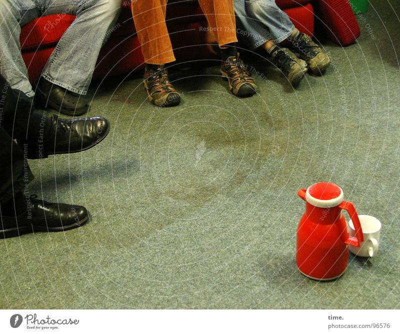 Pausenclown Farbfoto Innenaufnahme Tasse Sofa Sitzung sprechen Freundschaft Beine Fuß Menschengruppe Schuhe Teekanne Thermoskanne Arbeitskreis Versammlung