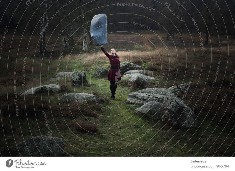 wenns weiter nichts ist Mensch Frau Natur Landschaft Umwelt Erwachsene feminin Gras Freiheit Stein Felsen Kraft Sträucher Erfolg Ausflug Fitness