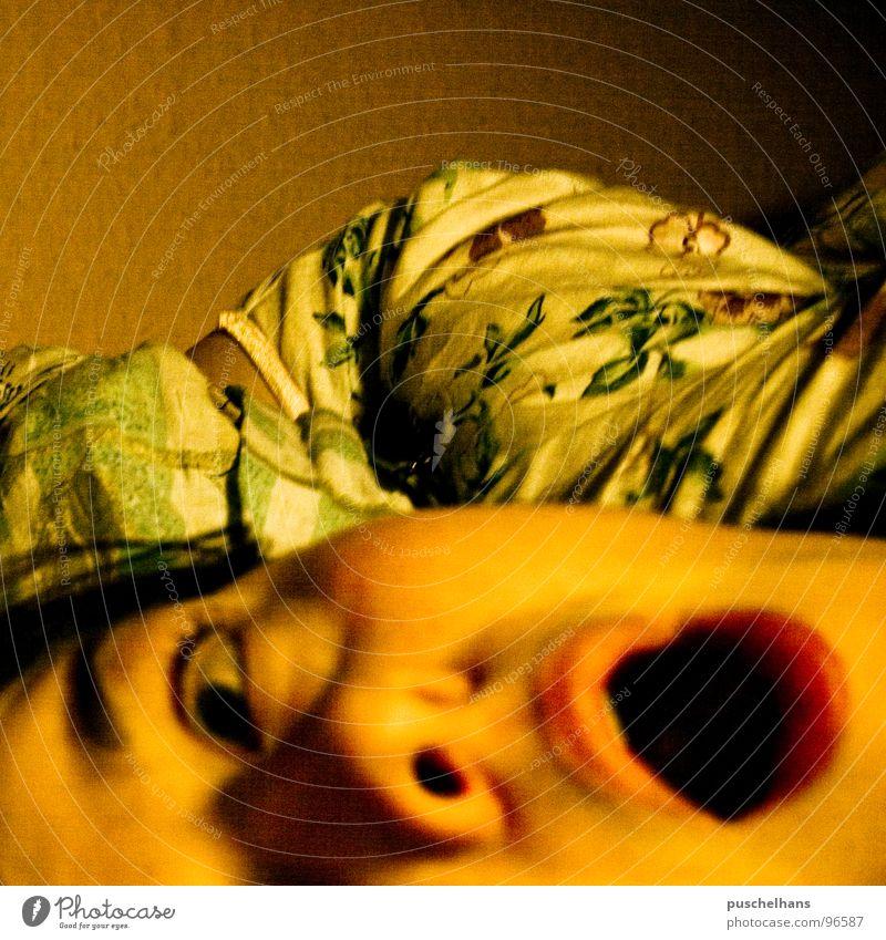 in the morning Frau gelb Bett nah liegen schreien Müdigkeit Schwäche Anschnitt Schlafzimmer privat