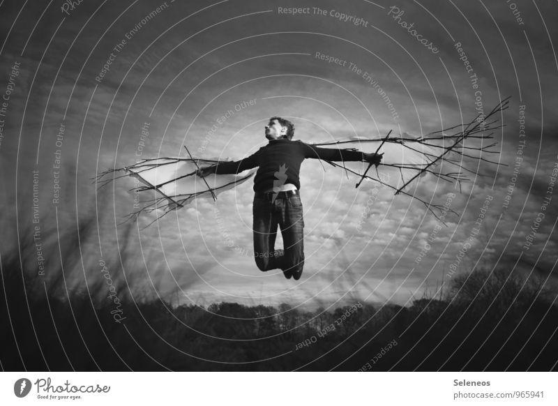 hoch hinaus Mensch maskulin Mann Erwachsene 1 Wolken Horizont Herbst fliegen träumen fantastisch Willensstärke Mut Flügel Schwarzweißfoto Außenaufnahme