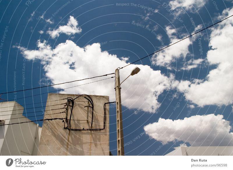 Buenos Dias dreckig Sauberkeit Wolken Wolkenformation weiß Froschperspektive Weitwinkel mediterran Spanien aufgereiht aufregend Laterne Elektrizität Beton Wand