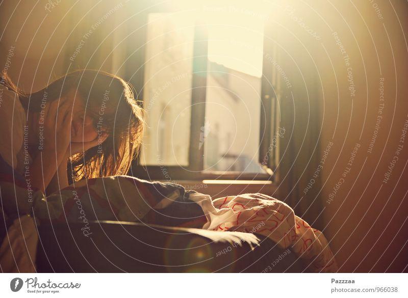Sonntagmorgen Jugendliche 18-30 Jahre Erwachsene feminin Lächeln schlafen Bettwäsche Müdigkeit brünett gemütlich Schlafzimmer verkatert aufstehen verschlafen Morgenmuffel