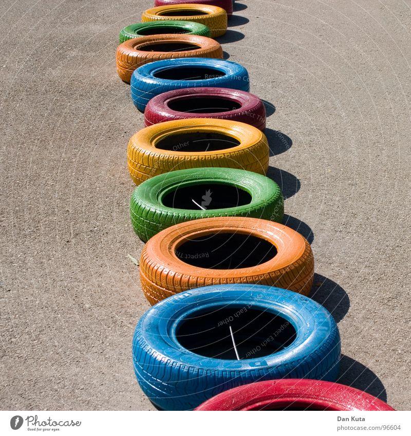 Neue Reifen | Boxenstopp Gummi rund geschlossen Asphalt Teer rau Autoreifen mehrfarbig Vielfältig Verschiedenheit fahren Go-Kart Spielen Spielplatz hüpfen