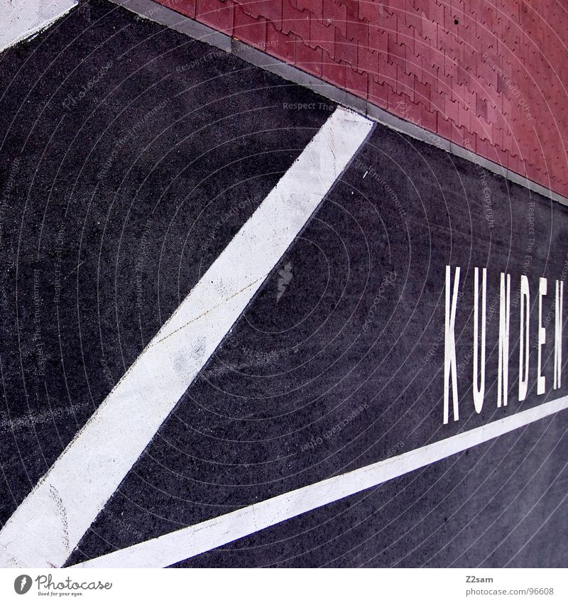 KUNDE IST KÖNIG Kunde Kundenparkplatz Kundenbereich Ladengeschäft geschäftlich Parkplatz Straßenverkehrsordnung graphisch sehr wenige Stil abstrakt Teer Beton