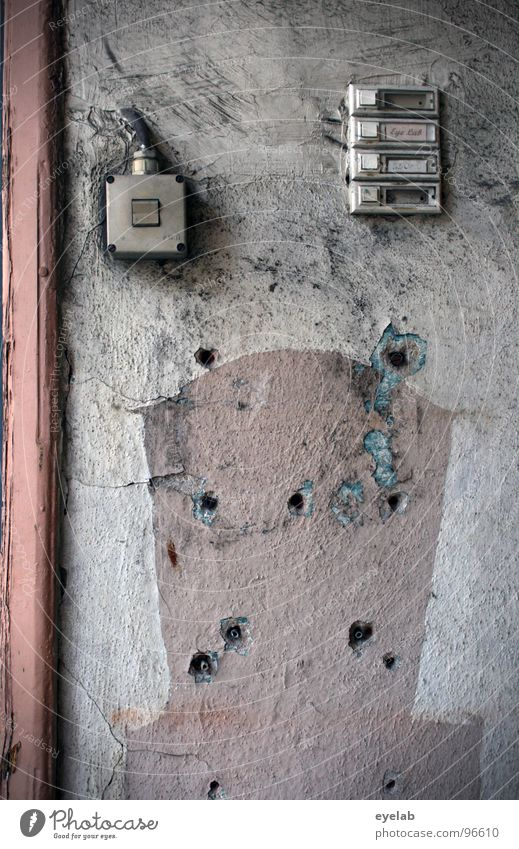 Dringend mal die Hausverwaltung anrufen ! alt weiß Stadt Ferne Farbe Wand dreckig Wohnung rosa Kabel kaputt Vergänglichkeit 4 verfallen Flur Spinne