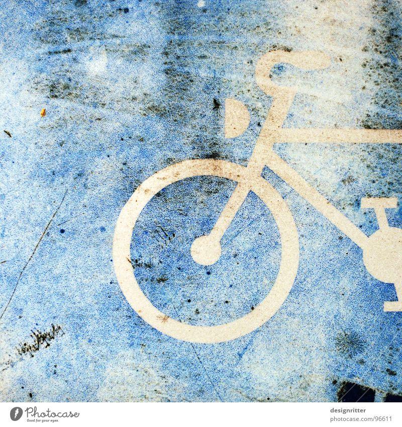 gerädert Fahrradweg alt dreckig ausgebleicht bleichen Symbole & Metaphern Straßennamenschild Schilder & Markierungen blau scmutzig zerkratzen stilisiert