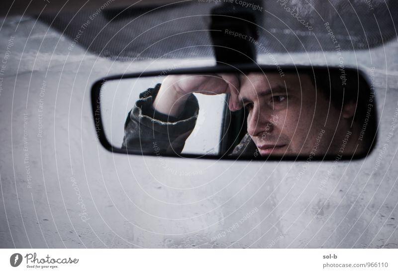 rrwndww maskulin Junger Mann Jugendliche Gesicht Hand 1 Mensch 18-30 Jahre Erwachsene schlechtes Wetter Regen Autofahren Verkehrsstau Fahrzeug PKW Spiegel Glas