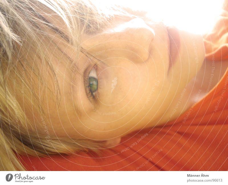 Wenn der erste Sonnenschein auf ihre Haare fällt, ... Frau Mädchen grün Sommer Freude Gesicht Auge orange blond liegen Kind