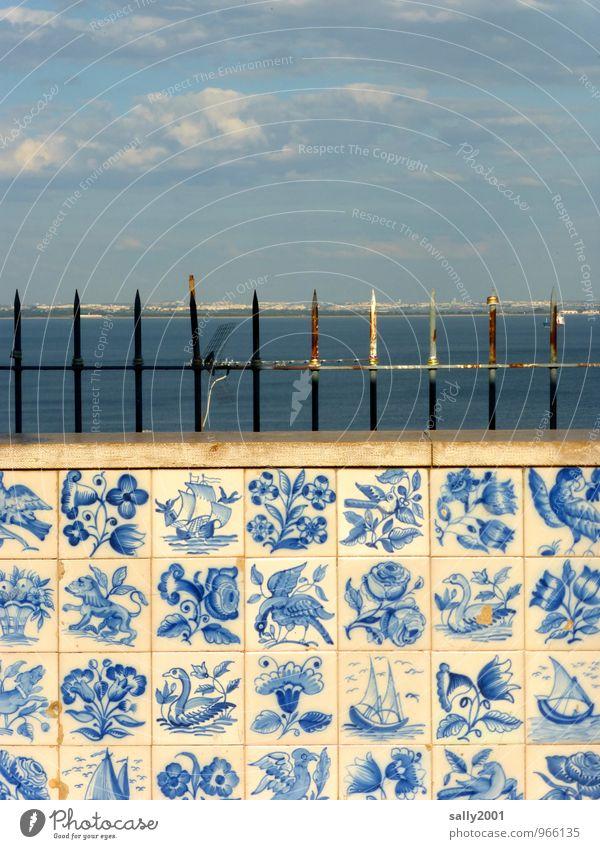 portugiesische Aussichten... alt blau Stadt Wand Mauer außergewöhnlich oben Fassade Ordnung ästhetisch Aussicht beobachten Vergänglichkeit historisch streichen Gemälde