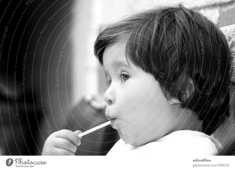 verträumt und skeptisch... Kind rein schön Mädchen Lollipop Süßwaren träumen Porträt Konzentration Wachsamkeit Lippen süß Kleinkind Geburtstag innocent