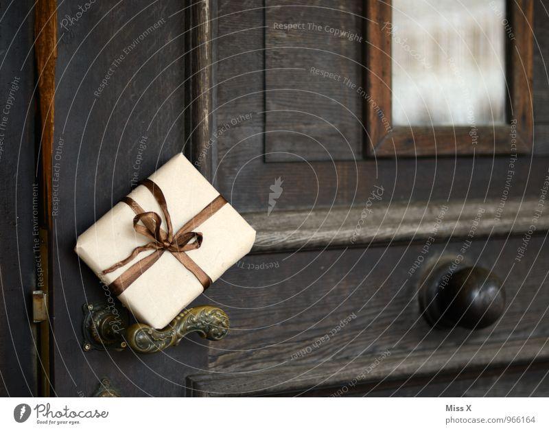 Schenk dir was Geburtstag Tür Klingel Briefkasten Verpackung Paket Schleife Überraschung Geschenk schenken Griff Post Versand Versandhandel senden Farbfoto
