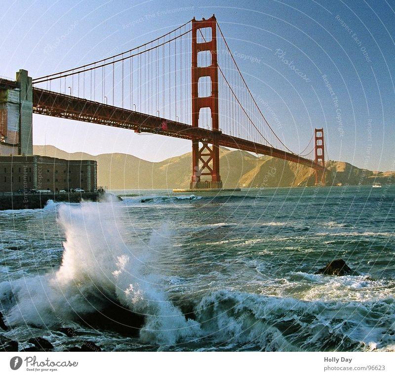 Wellengang am Golden Gate Golden Gate Bridge rot Stahl Meer San Francisco Schaum Surfer Küste träumen Hängebrücke Brücke Blauer Himmel USA
