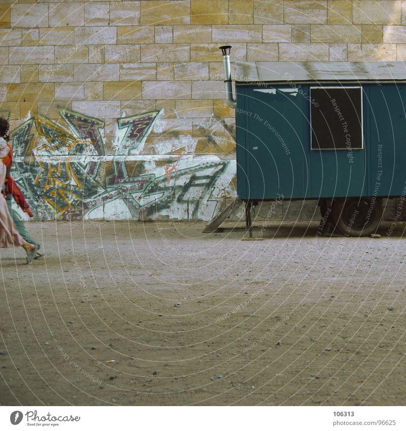 GO! Wand Graffiti Stein Arbeit & Erwerbstätigkeit gehen laufen Verkehr Baustelle fahren Idee Dienstleistungsgewerbe Handwerk Rad Langeweile Schornstein Fußgänger