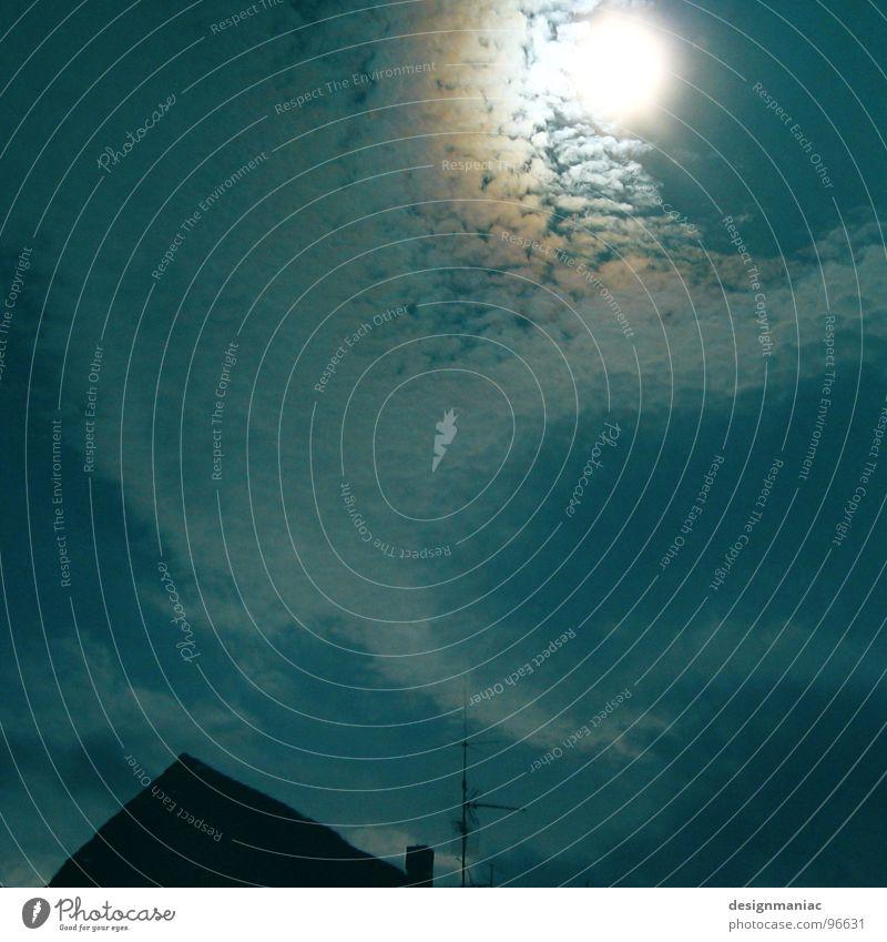 1 Uhr. Himmel blau Sommer Sonne Einsamkeit Wolken Haus Ferne dunkel schwarz gelb Auge Wärme Leben Beleuchtung oben
