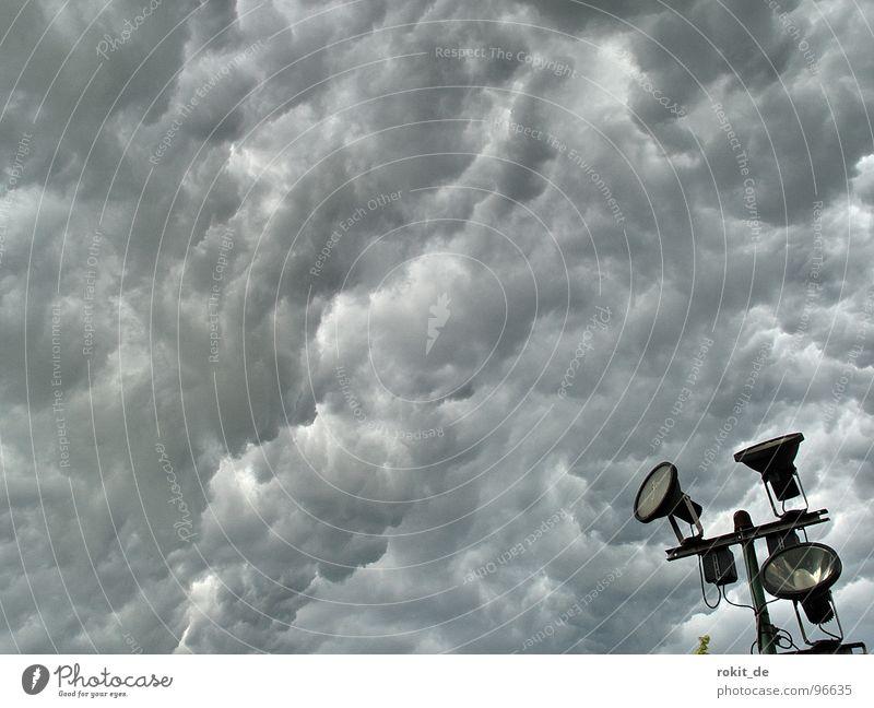 Knips das Licht an, es wird dunkel! Himmel Wolken dunkel schwarz gelb Wärme Lampe hell Regen Angst Hochhaus gefährlich nass bedrohlich Schutz erleuchten